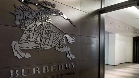 Burberry: Κατέστρεψε ρούχα και καλλυντικά αξίας 32 εκατ. ευρώ