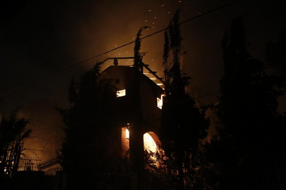 Σφιχταγκαλιασμένες οικογένειες παραδόθηκαν στις φλόγες στην Αργυρή Ακτή
