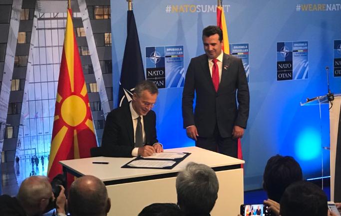 Έπεσαν οι υπογραφές για την ένταξη της ΠΓΔΜ στο ΝΑΤΟ