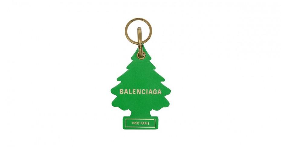 Balenciaga: Κατηγορείται για αντιγραφή αποσμητικών αυτοκινήτου