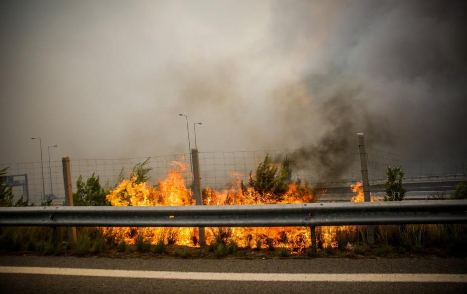 «Πανστρατιά» για την κατάσβεση της πυρκαγιάς στη Σιθωνία της Χαλκιδικής