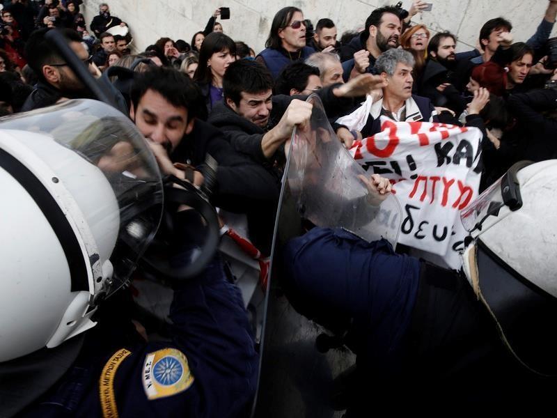 Επεισόδια στη διαδήλωση των εκπαιδευτικών στη Βουλή