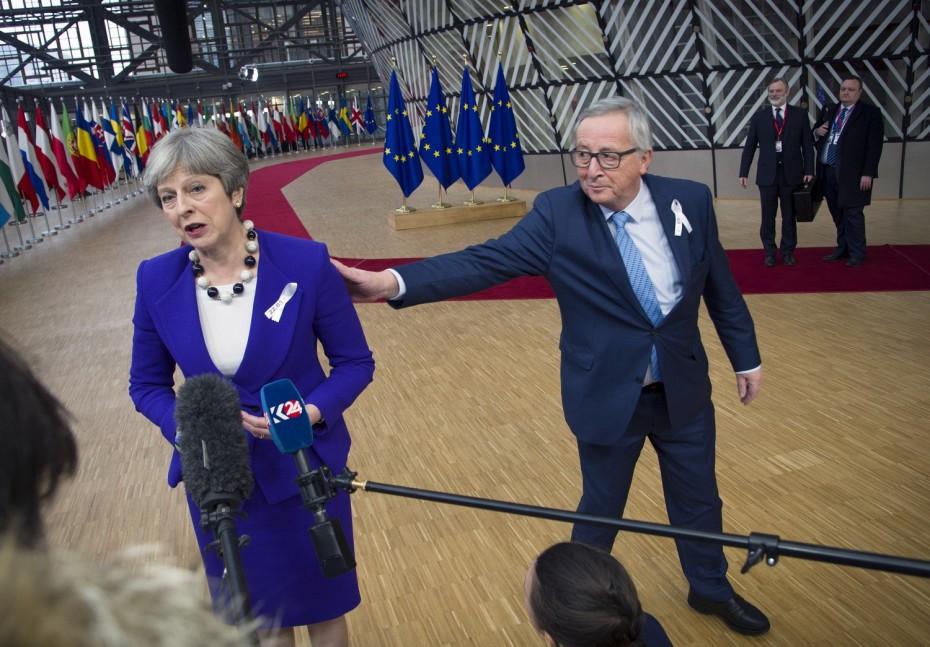 Γιούνκερ-Μέι σε «φιλική» συνδιάλεξη για το Brexit