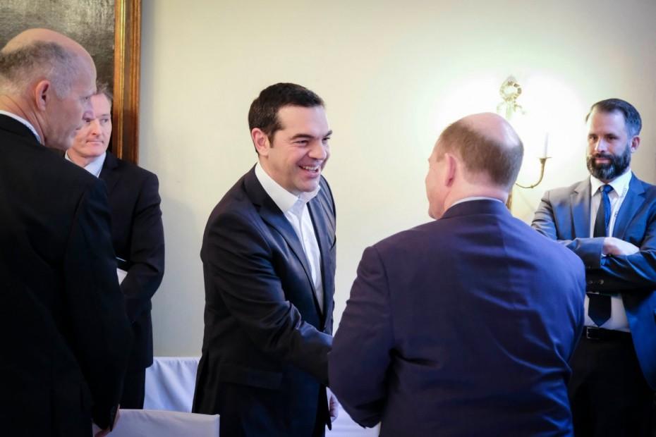 Εγκάρδια συνάντηση Τσίπρα με Ζάεφ στο Μόναχο