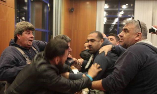 Αχαρνές: Γονείς επιτέθηκαν στο δημοτικό συμβούλιο