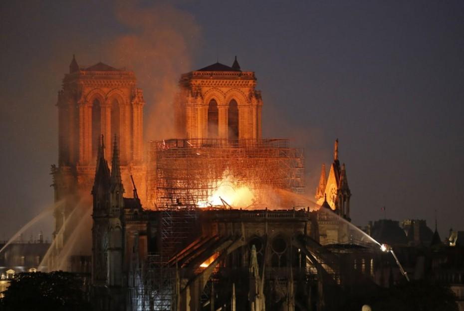 Παναγία των Παρισίων: Ποια βλέπουν ως αιτία της πυρκαγιάς;