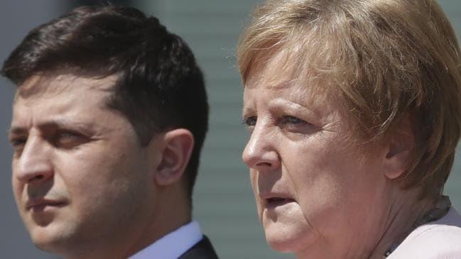 DW: Η αδιαθεσία Μέρκελ και ο ιπποτικός Ουκρανός πρόεδρος