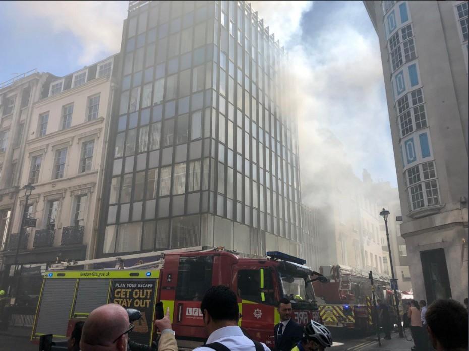 Μεγάλη πυρκαγιά σε κτήριο στο Λονδίνο - Δεν απειλούνται ζωές
