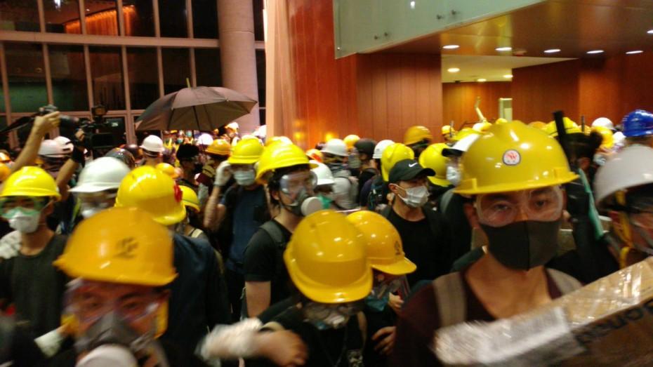 Διαδηλωτές «μπούκαραν» στο κοινοβούλιο του Χονγκ Κονγκ