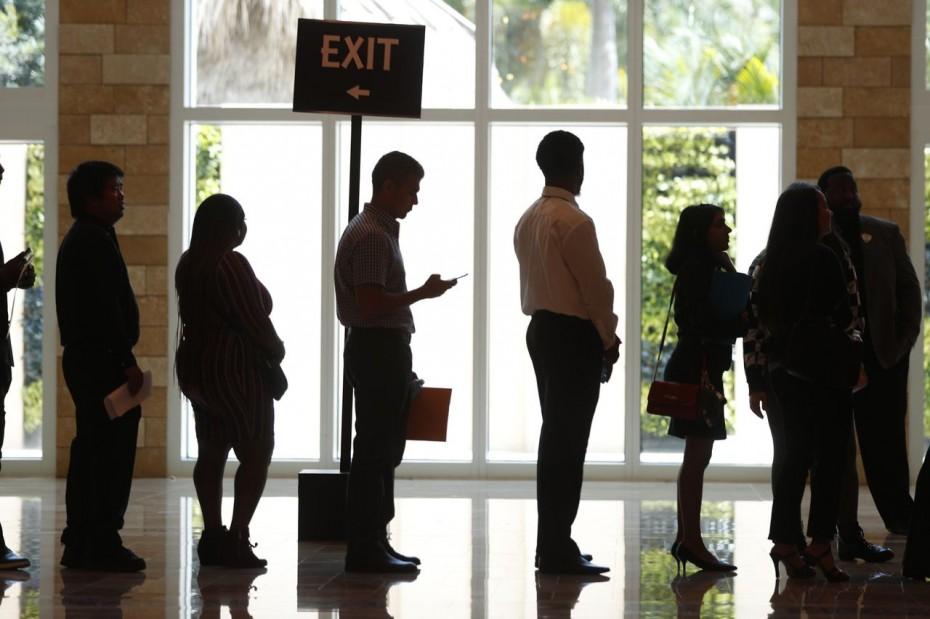 Απρόσμενη πτώση για τα επιδόματα ανεργίας στις ΗΠΑ