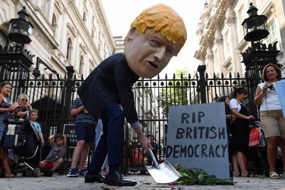 Προσπάθεια περιορισμού του Τζόνσον για εκλογές στη Βρετανία