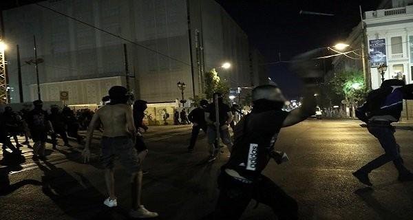 Ολοκληρώθηκε η πορεία για τη δολοφονία Φύσσα - Ένταση έξω από τα γραφεία των χρυσαυγιτών