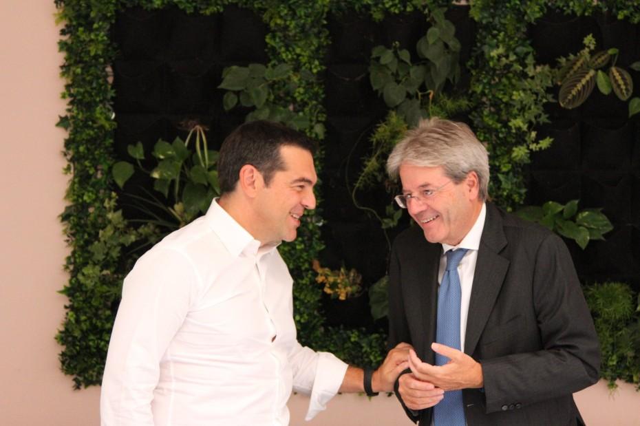 Η οικονομία στη συνάντηση Τσίπρα με Τζεντιλόνι στην Ιταλία
