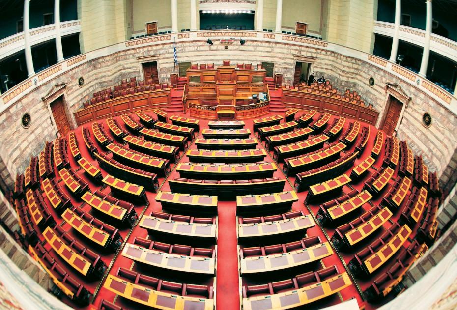 Σε «πύρινο κλοιό» η Βουλή για άρθρο 86, ψήφο ομογενών και ακαταδίωκτο