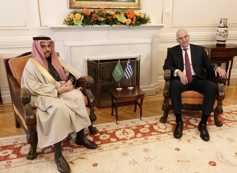 Σε εξέλιξη η συνάντηση του Δένδια με τον ΥΠΕΞ της Σ. Αραβίας