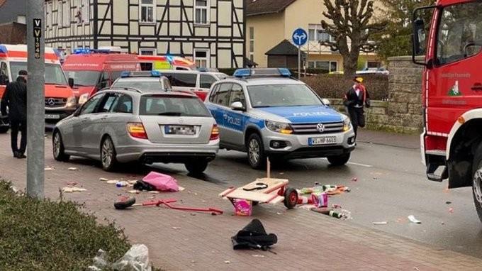Γερμανία: Αναφορές για ηθελημένη πτώση του αυτοκινήτου στην καρβαναλική παρέλαση