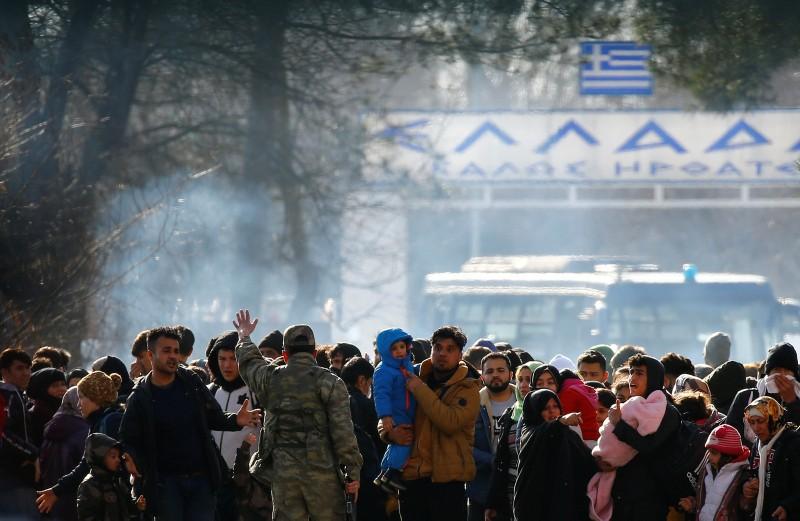 Χρήση δακρυγόνων στα ελληνοτουρκικά σύνορα, για την απώθηση των προσφύγων