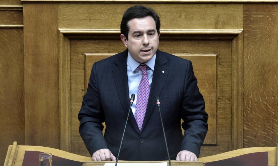 Ο Μηταράκης υπερασπίστηκε την ΠΝΠ για τα κλειστά κέντρα στα νησιά