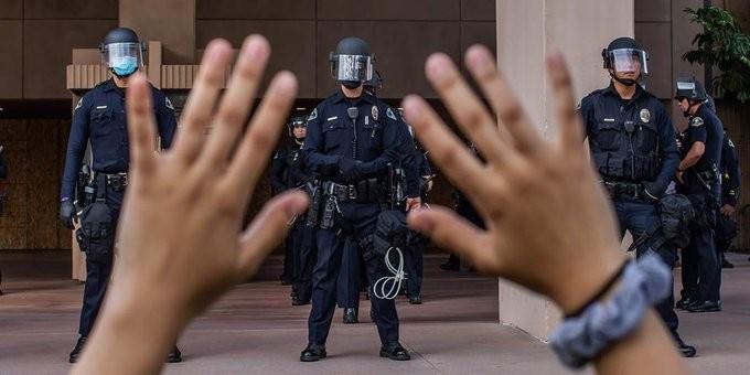 Τραυματισμός τουλάχιστον 5 αστυνομικών από τις διαδηλώσεις για τον Φλόιντ στις ΗΠΑ