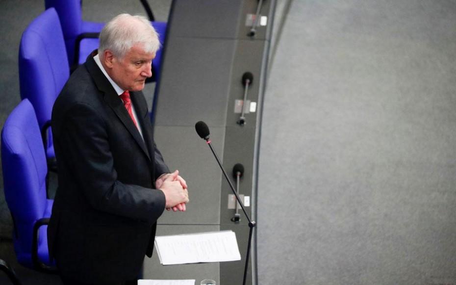 Ο Γερμανός ΥΠΕΣ υπερασπίστηκε την απόφαση Μέρκελ να δεχθεί πρόσφυγες από την Ελλάδα