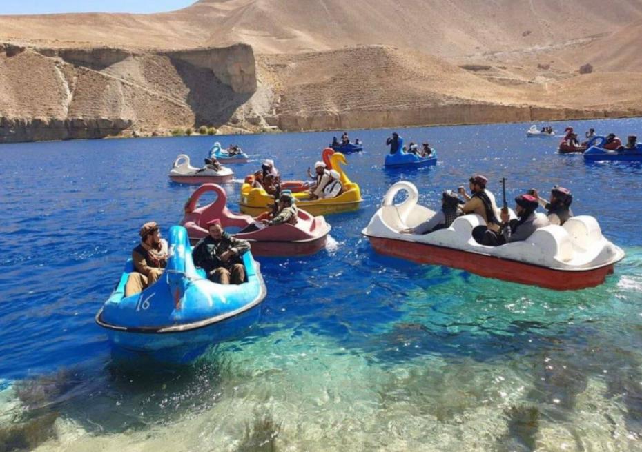 «Κωμικοτραγικές» εικόνες με Ταλιμπάν να διασκεδάζουν με τα όπλα πάνω σε θαλάσσια ποδήλατα