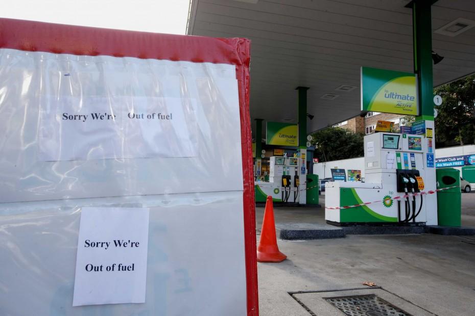 «Στράγγιξαν» τα πρατήρια καυσίμων στη Βρετανία