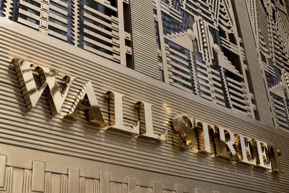 Στην πρέσα η Wall Street
