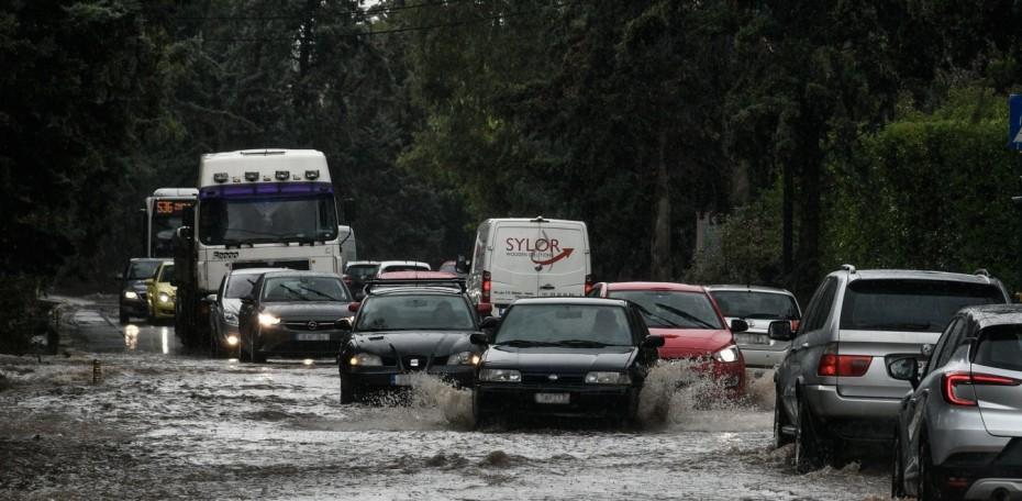 «Ποτάμια» οι δρόμοι σε Αττική και Θεσσαλονίκη